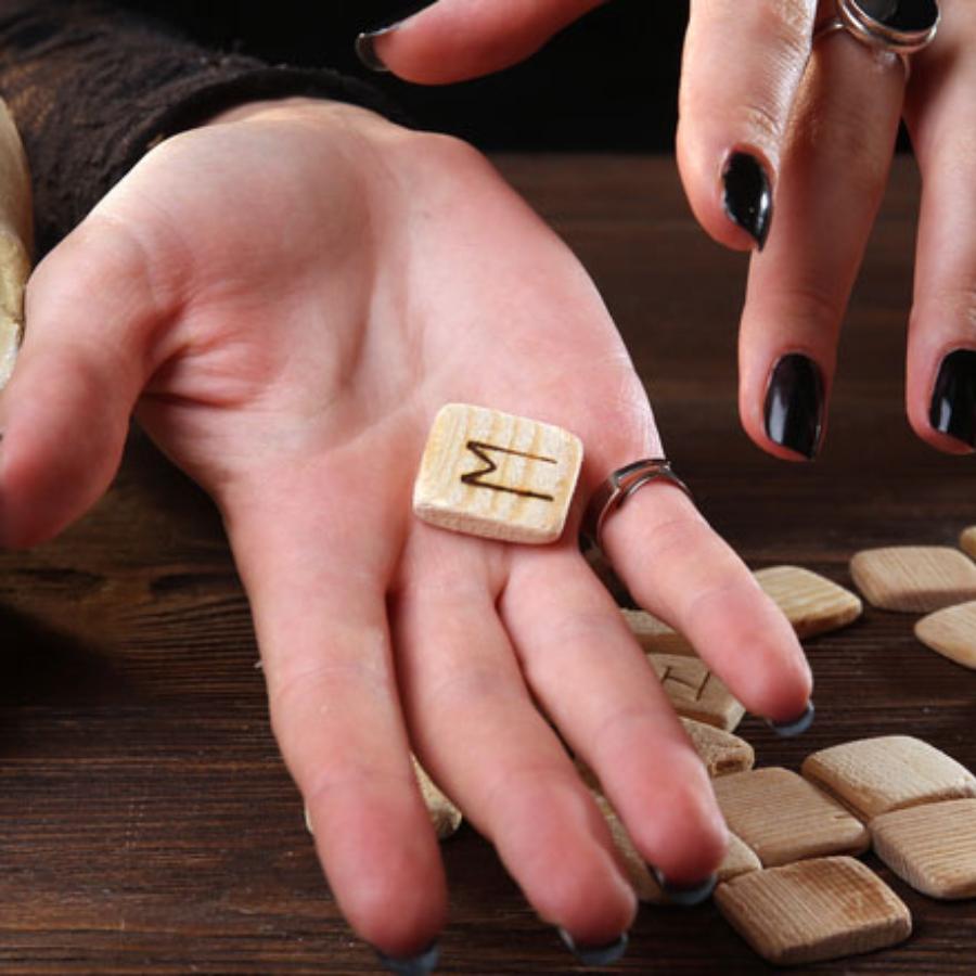 Гадаем по руке: буквы, которые встречаются на ладони особенных людей